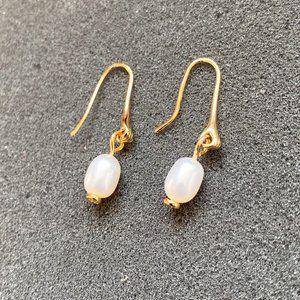 Tory Burch Small Hand Shape Pearl Earrings